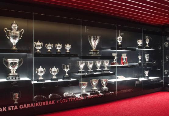 Les premiers trophées officiels du football national.